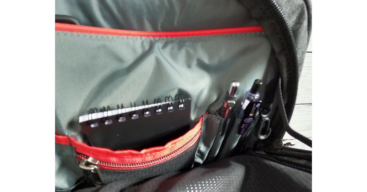 中央のポケットにはメモ帳とペンが綺麗に入ります